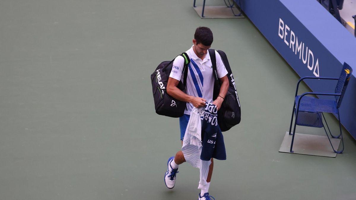 Novak Djokovic verlaat de baan na diskwalificatie