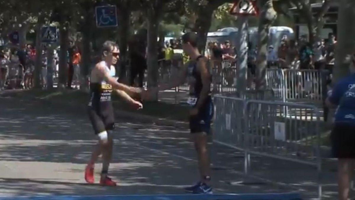 La sportività in una foto, Teagle stringe la mano a Mentrida