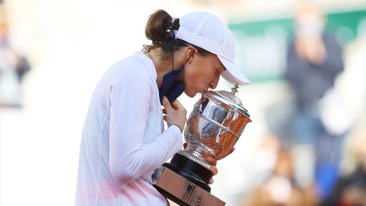 Iga Swiatek avec le trophée de Roland-Garros 2020
