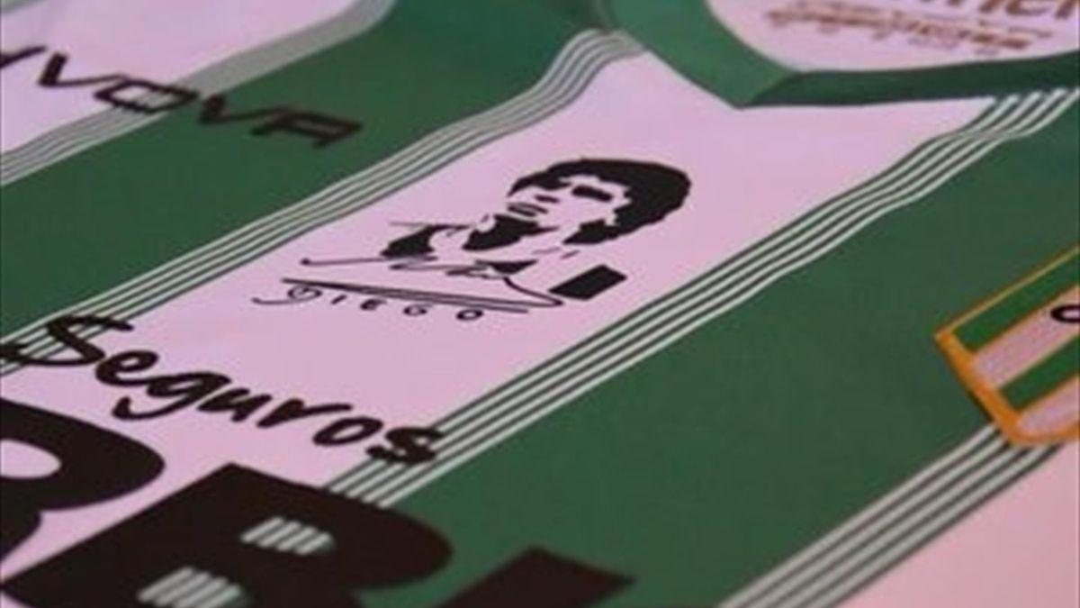 El equipo de fútbol que jugará con el rostro de Maradona en la camiseta