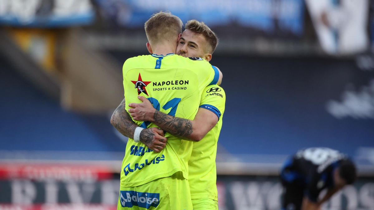 Niklas Dorsch of KAA Gent celebrates with Andreas Hanche-Olsen of KAA Gent after winning the Jupiler Pro League match between Club Brugge and KAA Gent