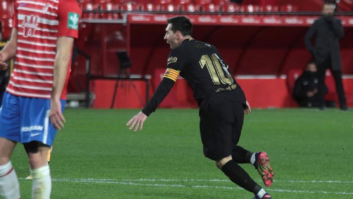 Leo Messi anota en el Granada-Barcelona