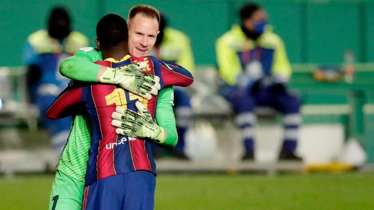 Ter Stegen se abraza con Dembélé en el Real Sociedad-Barcelona
