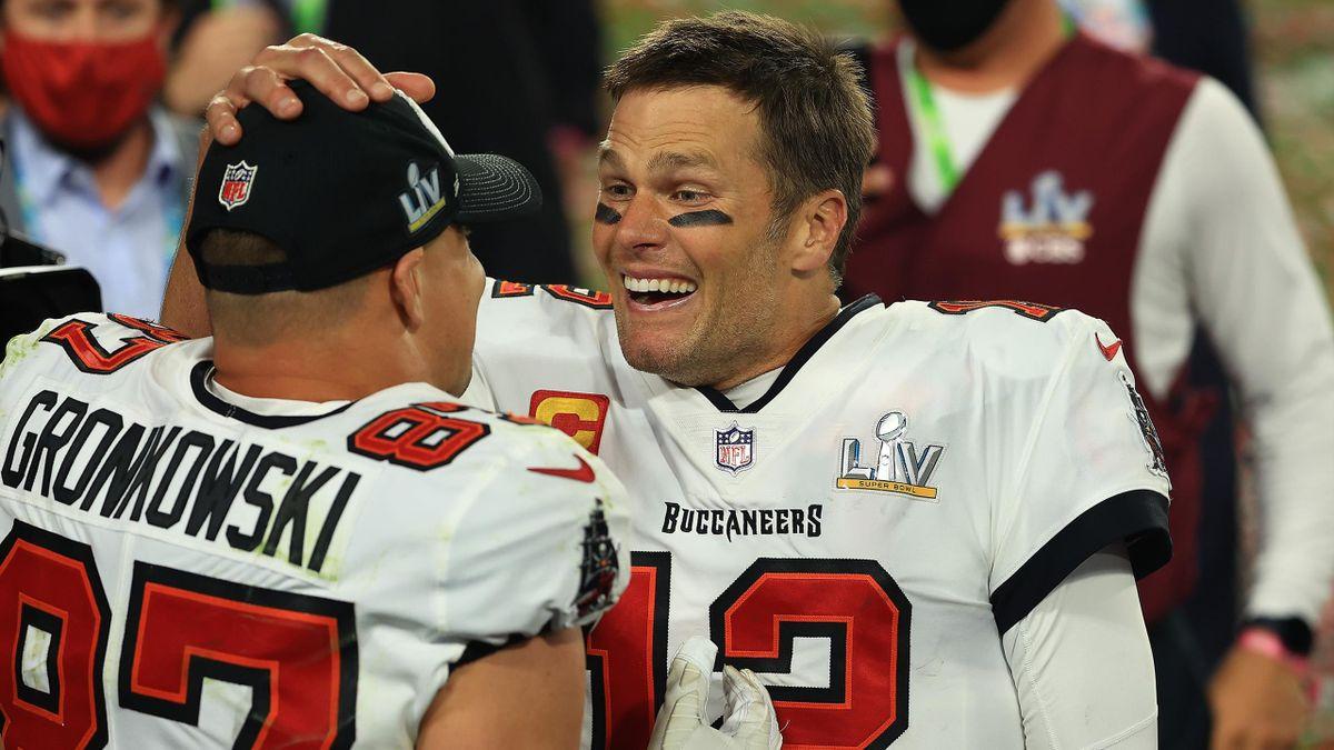 Gronkowski y Brady durante la celebración de la Super Bowl 2021