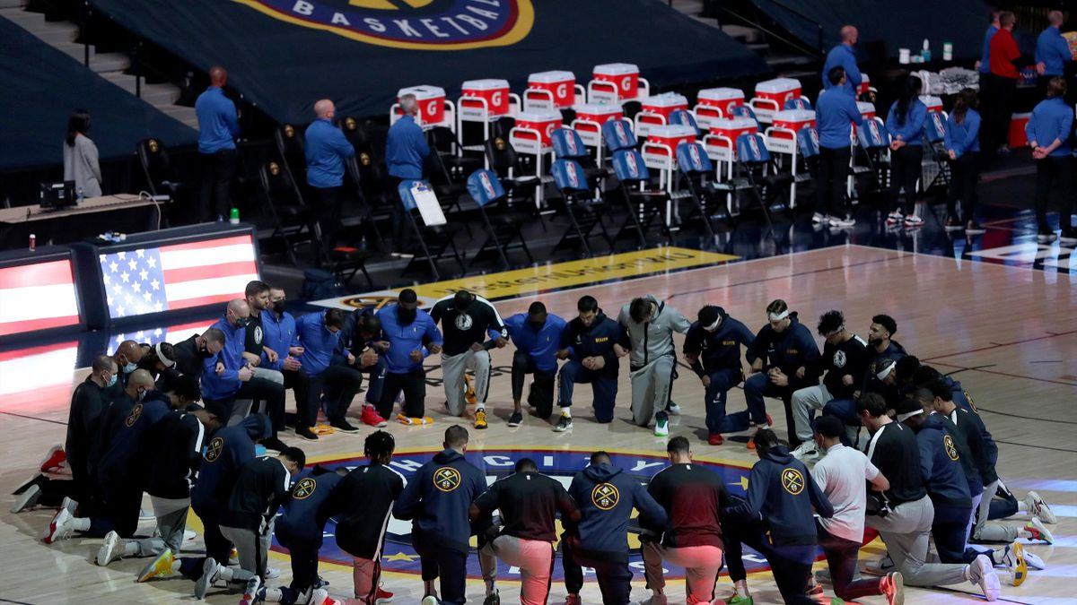 Spieler aus Dallas und Denver knien während der Hymne