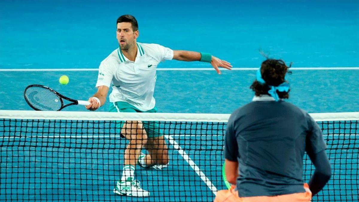 Djokovic subiendo a la red ante Raonic