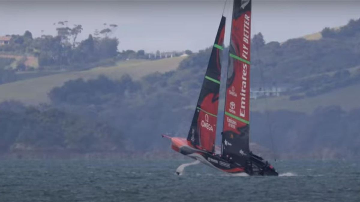 Team New Zealand s'impenna e spancia sull'acqua in allenamento!