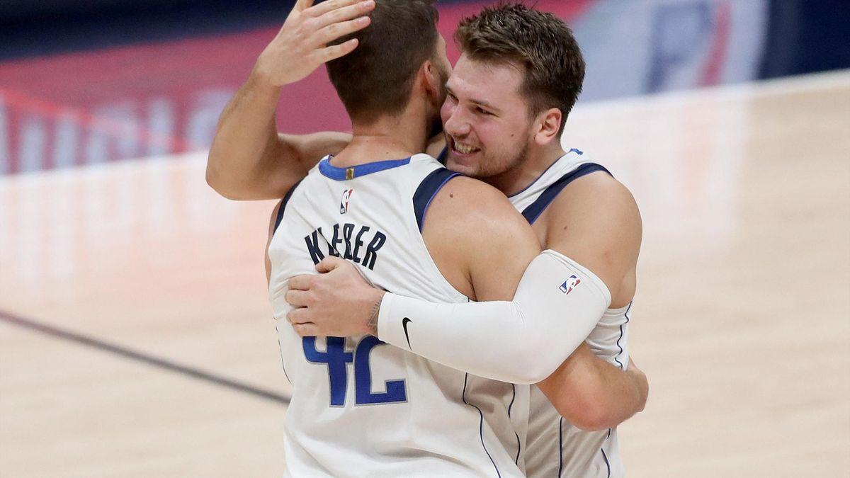 Kleber (l.) und Doncic jubeln über den Sieg in Denver