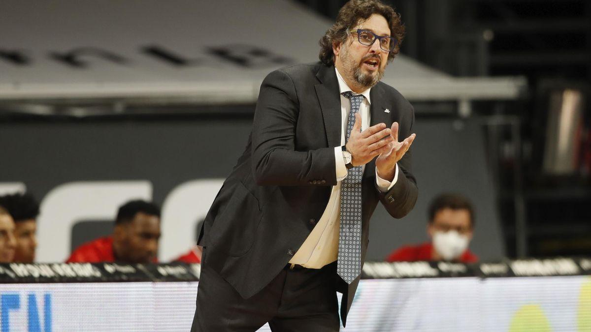 Andrea Trinchieri coacht sein Team zum Sieg