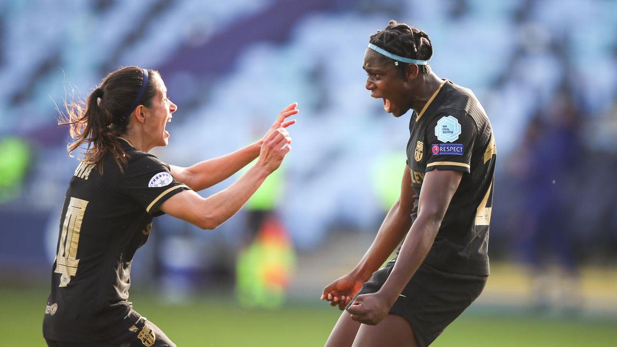 Aitana y Oshoala celebran un gol ante el City