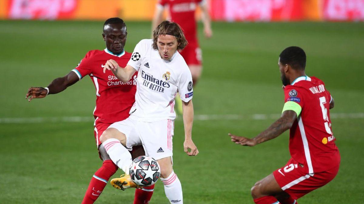 Modric controlando un balón en el Real Madrid-Liverpool