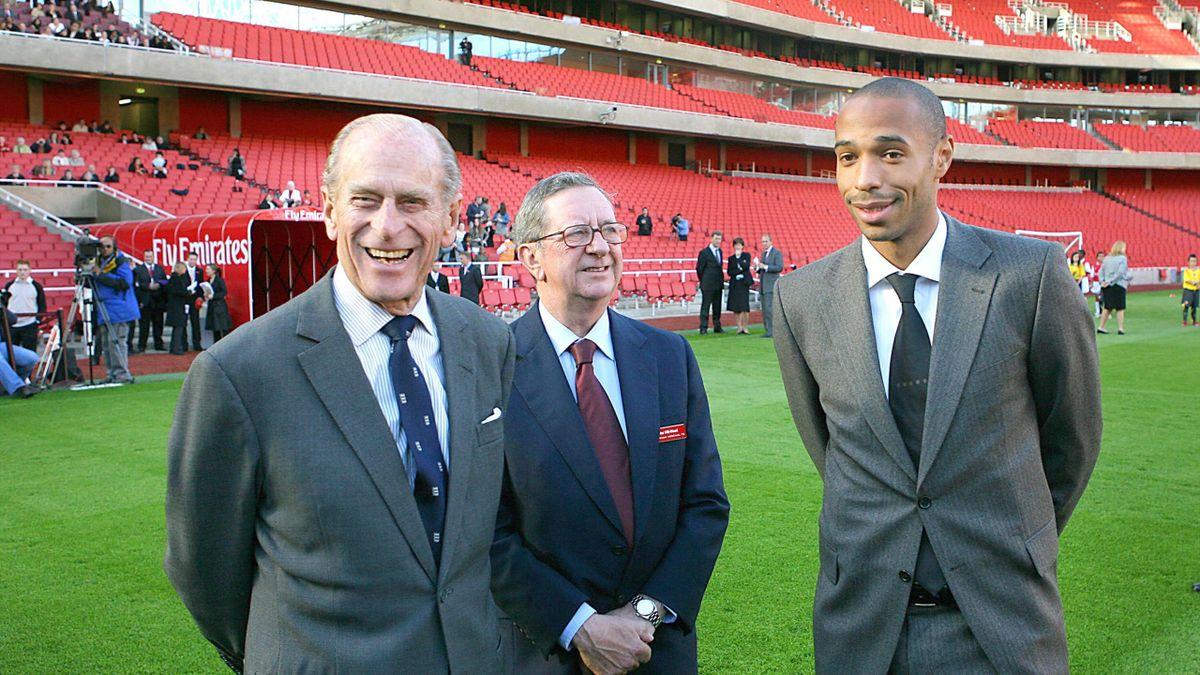 El Duque de Edimburgo, el Príncipe Felipe, inaugurando el Emirates Stadium del Arsenal en compañía de Thierry Henry