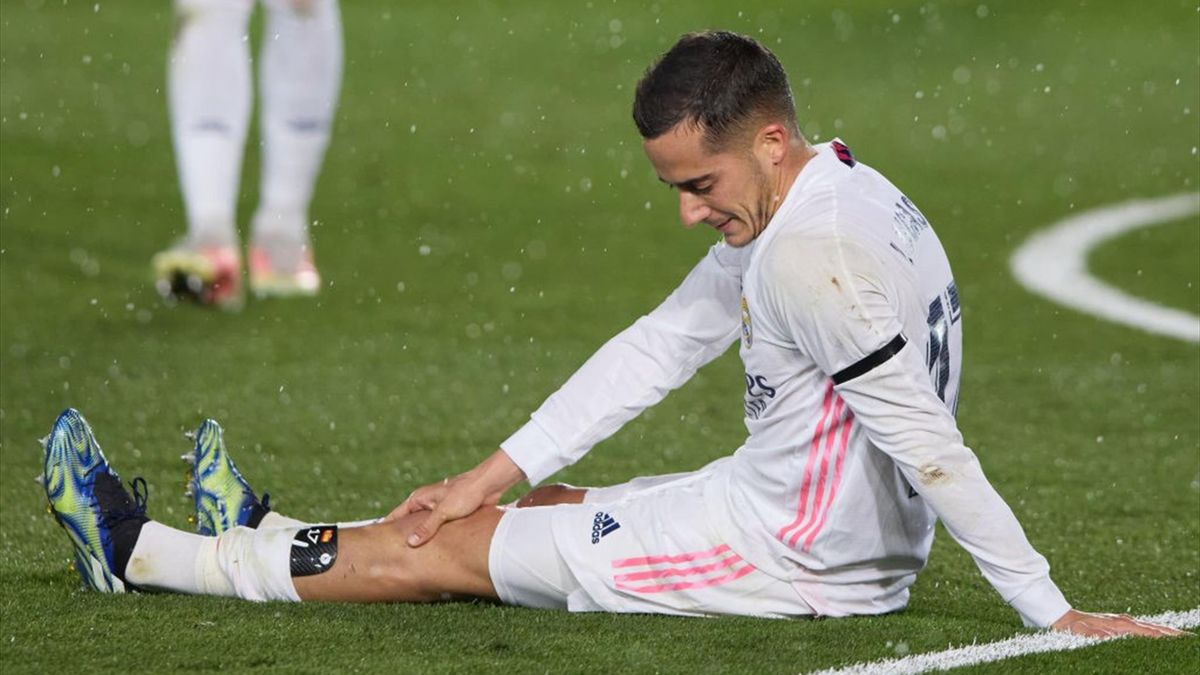 Lucas Vázquez doliéndose de su rodilla