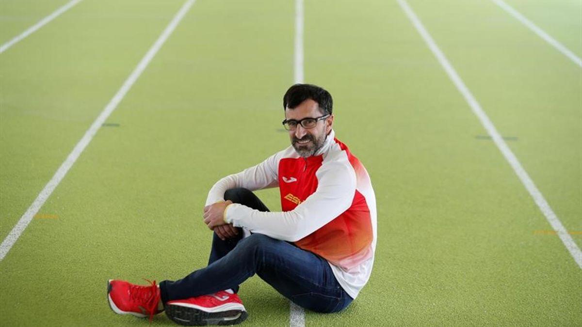 El marchador español Jesús Ángel García-Bragado posa durante la presentación de la equipación con la que los atletas españoles disputarán los JJ.OO. de Tokio