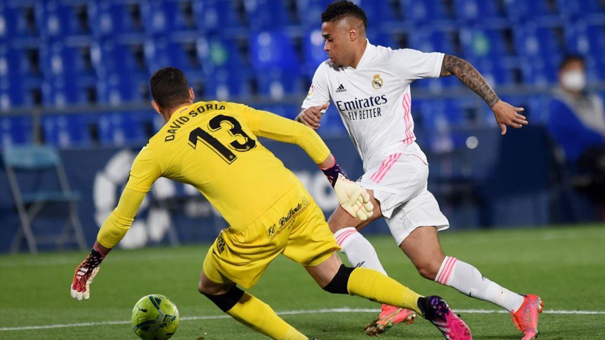 Mariano intenta regatear a David Soria en el Getafe-Real Madrid