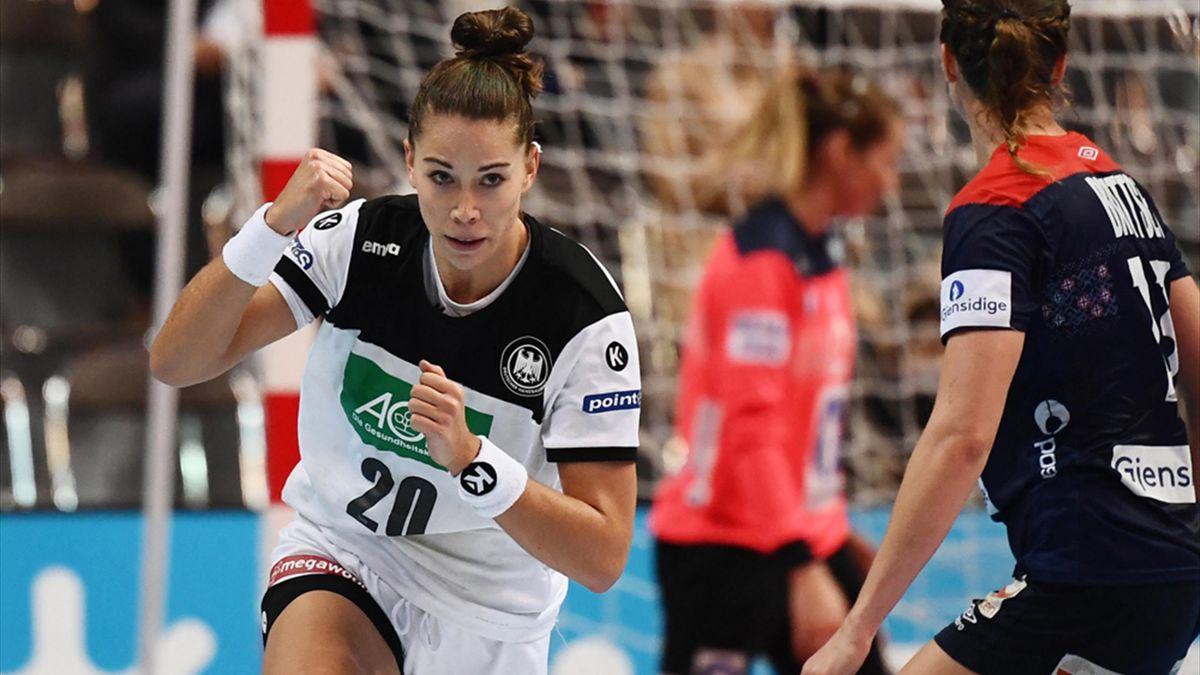 Bölk führt das deutsche Team als Kapitänin auf das Feld
