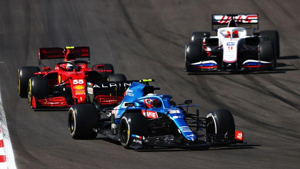 Alonso adelantando a Sainz