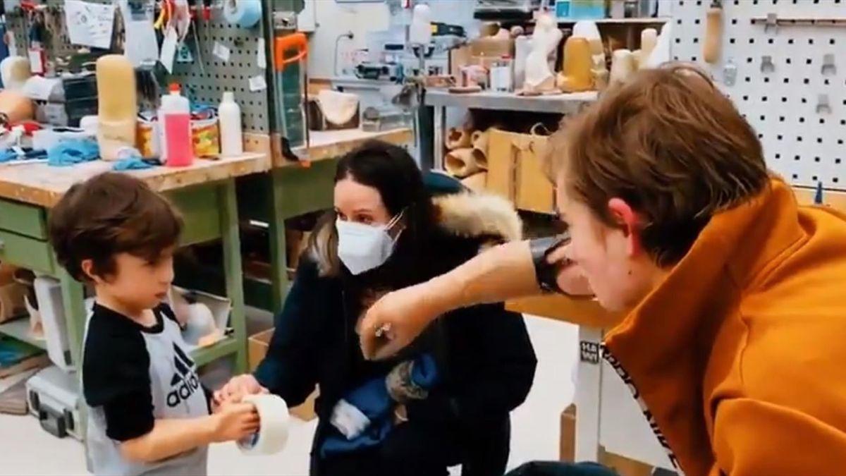 Bebe Vio insegna a un bimbo a come usare la protesi mioelettrica