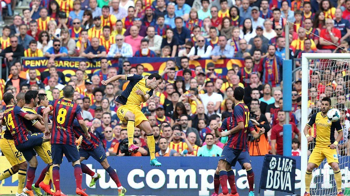 Godín rematando de cabeza en el Camp Nou