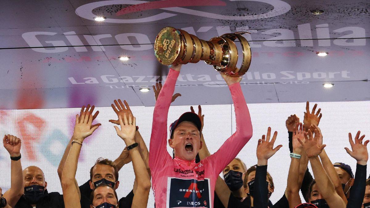 Tao Geoghegan Hart és a Giro 2020-as trófeája