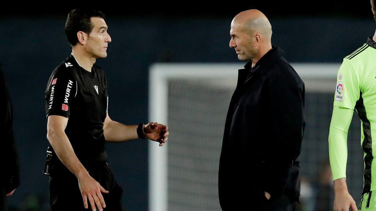 Zidane, cerându-i explicații arbitrului după Real Madrid-Sevilla