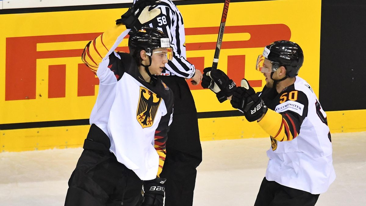 Eishockey-Nationalspieler Moritz Seider (l.)