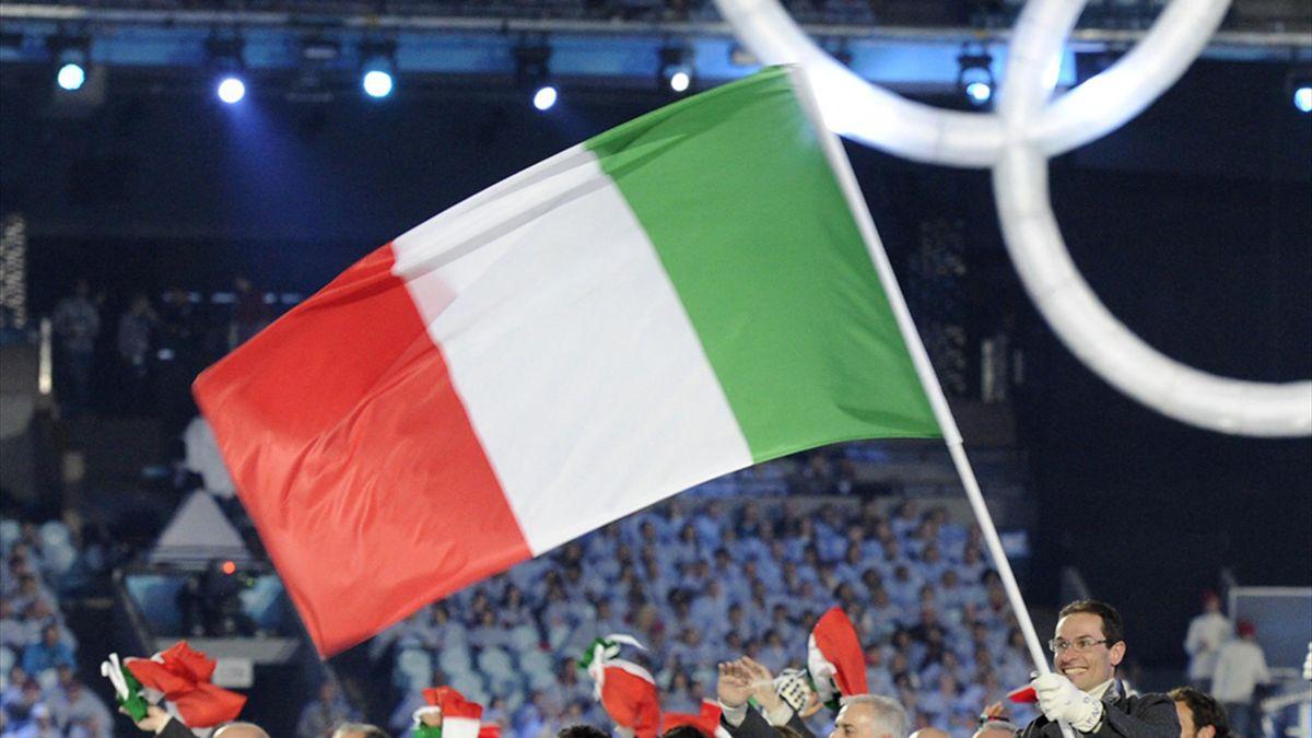 Diese Fahne wird von Viviani und Rossi getragen