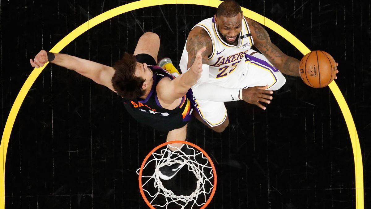LeBron James (r.) und die Lakers verlieren zum Auftakt