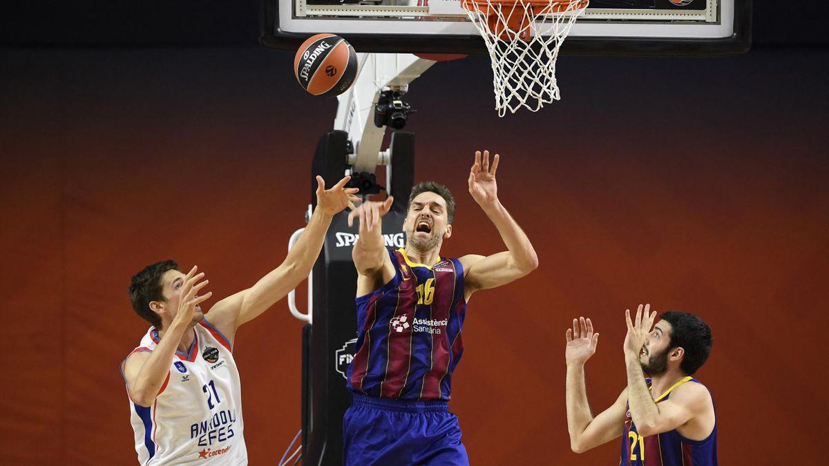 Tibor Pleiß (l.) gewinnt mit Istanbul die EuroLeague