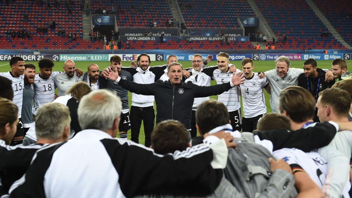 Stefan Kuntz bejubelt mit seiner Manschaft den Finaleinzug