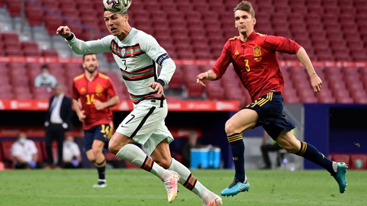 Hier im Duell im Cristiano Ronaldo: Diego Llorente (r.)