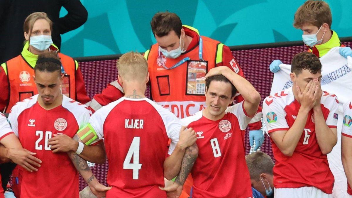 Jucătorii Danemarcei, făcând un zid în jurul locului în care Eriksen era resuscitat de medici, după ce s-a prăbușit pe gazon în timpul meciului Danemarca - Finlanda