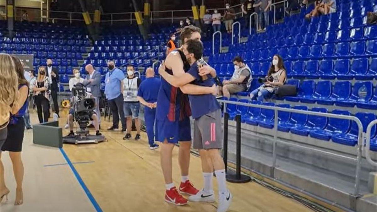 El abrazo entre Llull y Pau Gasol