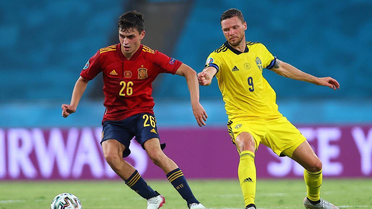 Pedri y Berg pugnan por un balón en el España-Suecia