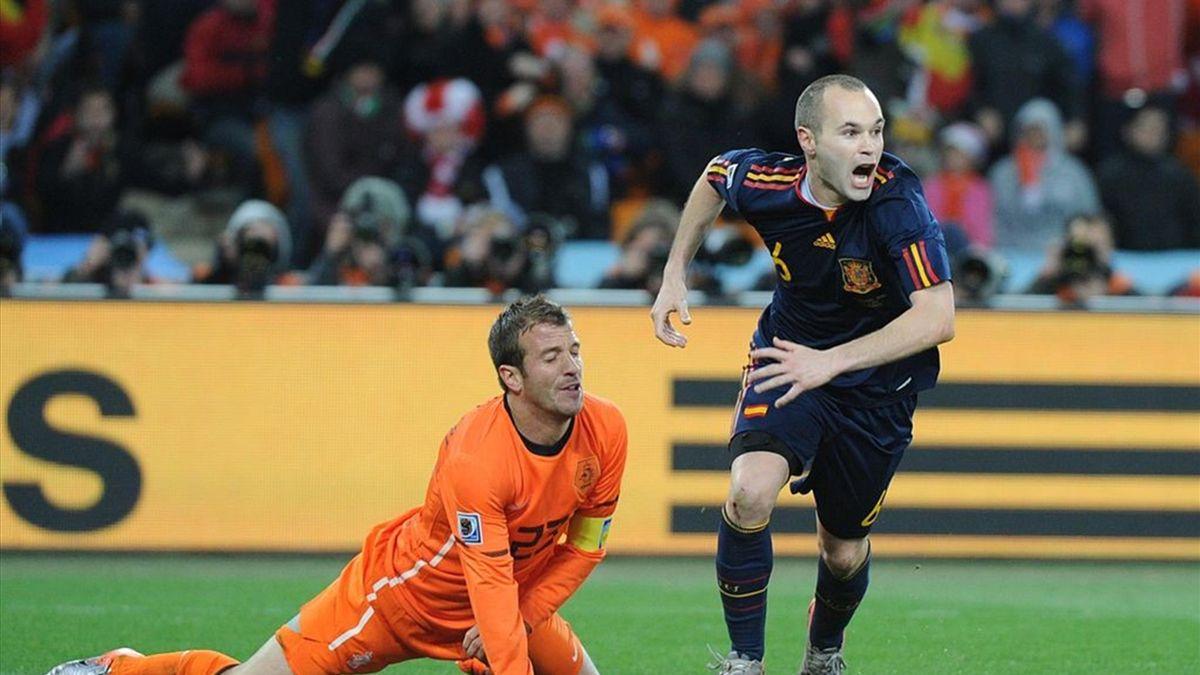 Iniesta celebra el gol del Mundial ante el lamento de Van der Vaart