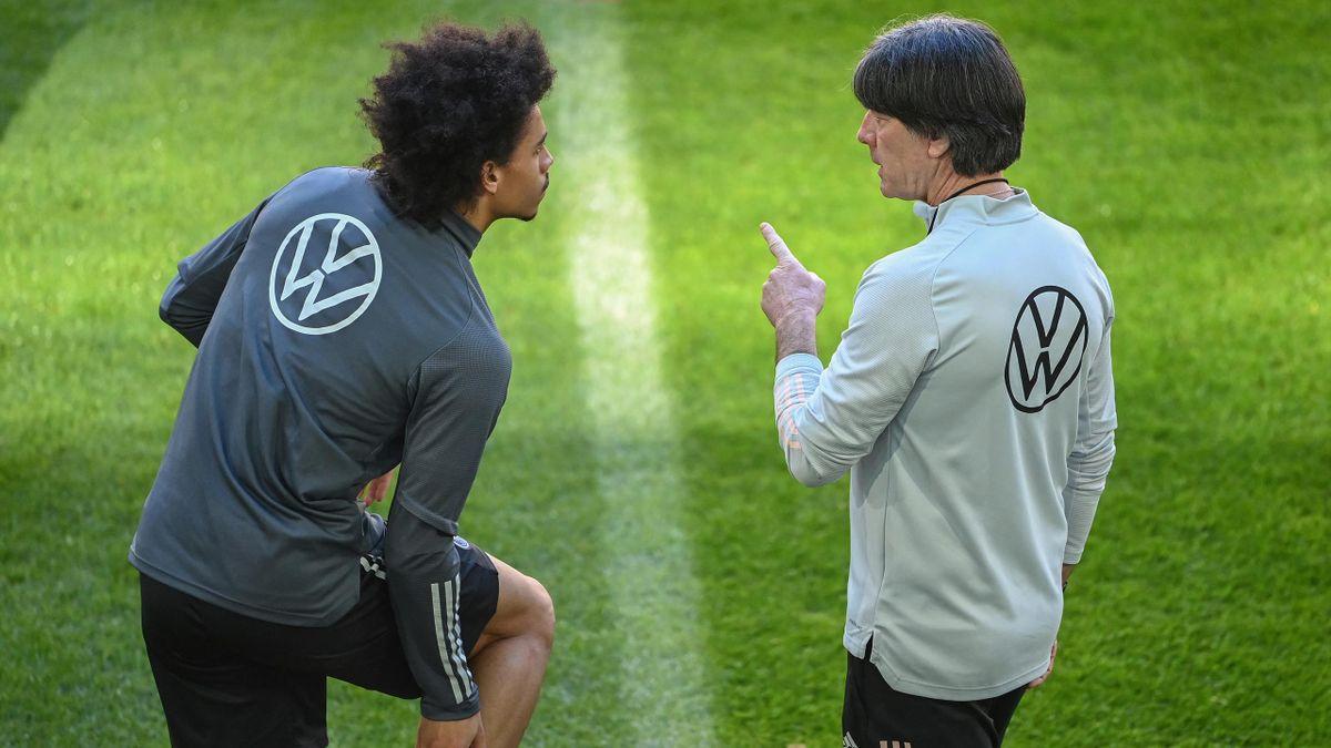 Bundestrainer Jogi Löw gibt Leroy Sane Anweisungen