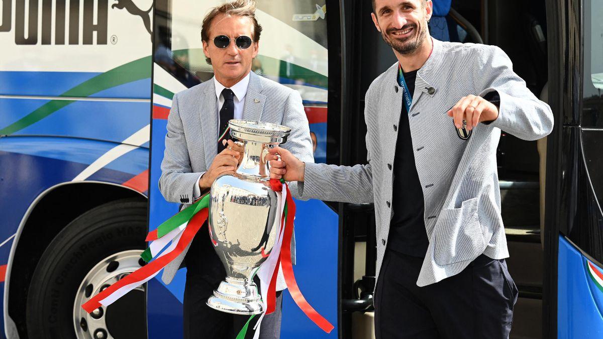 Trainer Roberto Mancini bedankt sich bei seinen Spielern