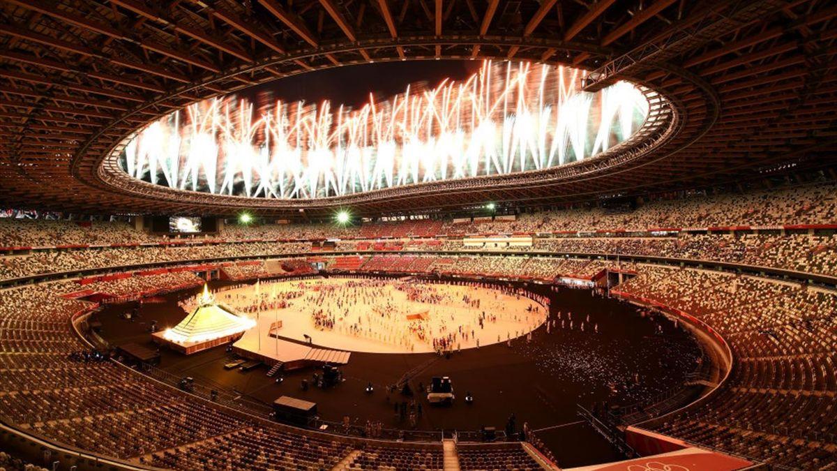 Fuegos artificiales en el Estadio Nacional de Tokio en la inauguración de los Juegos