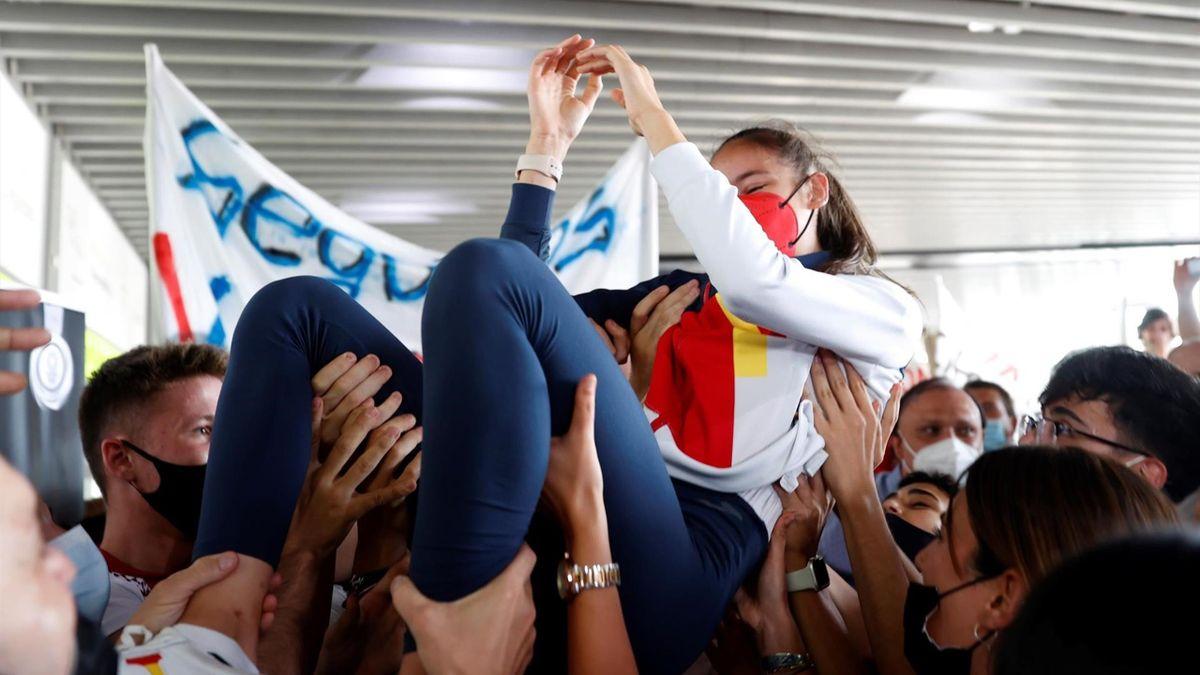 Adriana Cerezo, recibida como una heroína en Barajas