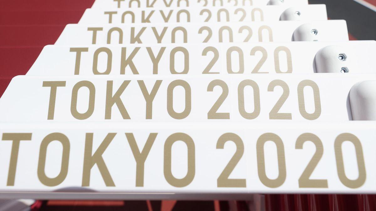 Tokyo 2020, imagen del logotipo de los Juegos Olímpicos en unas vallas de atletismo