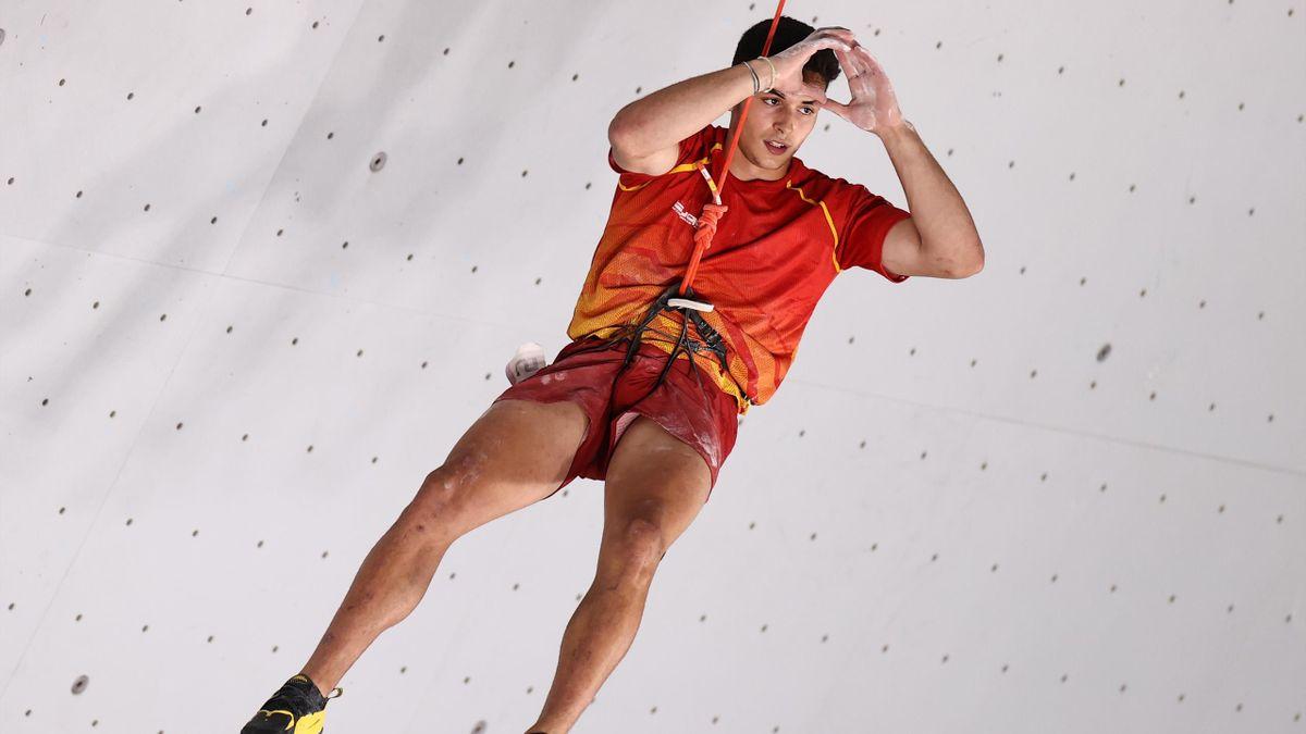Alberto Ginés, medalla de oro en escalada, celebra su título