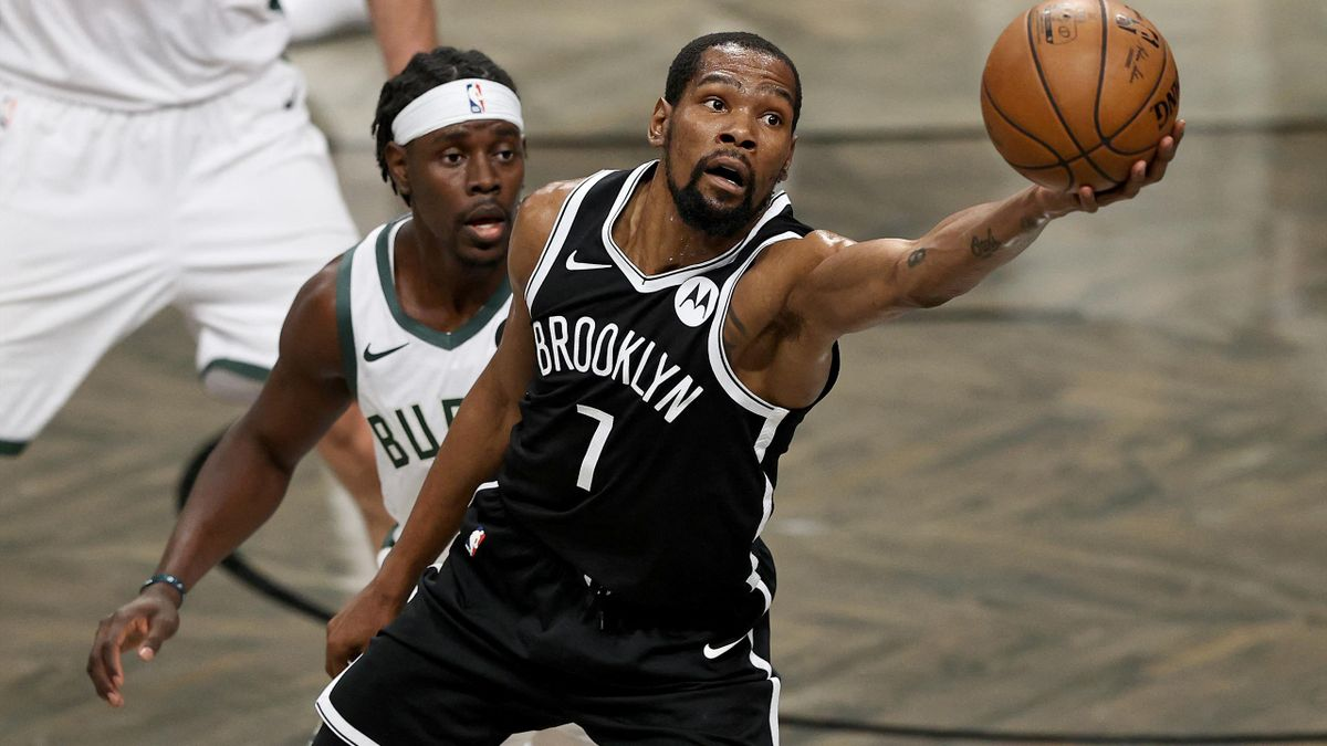 Kevin Durant (r.) verlängert bei den Brooklyn Nets