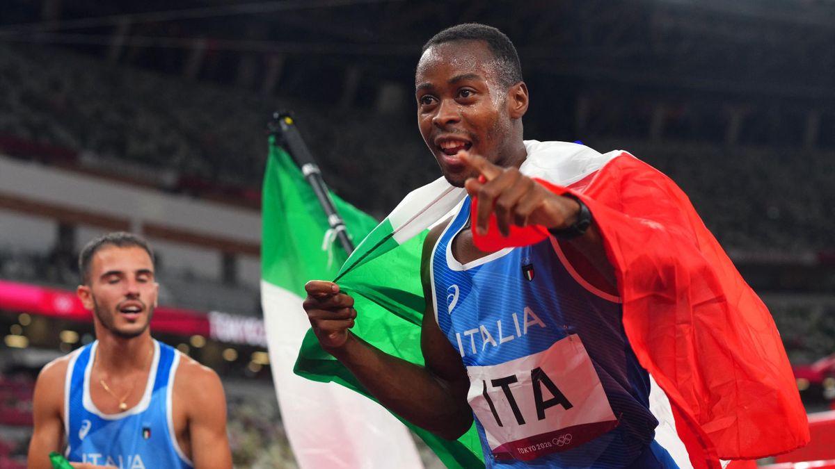 Fausto Desalu festeggia dopo l'oro nella 4x100 a Tokyo