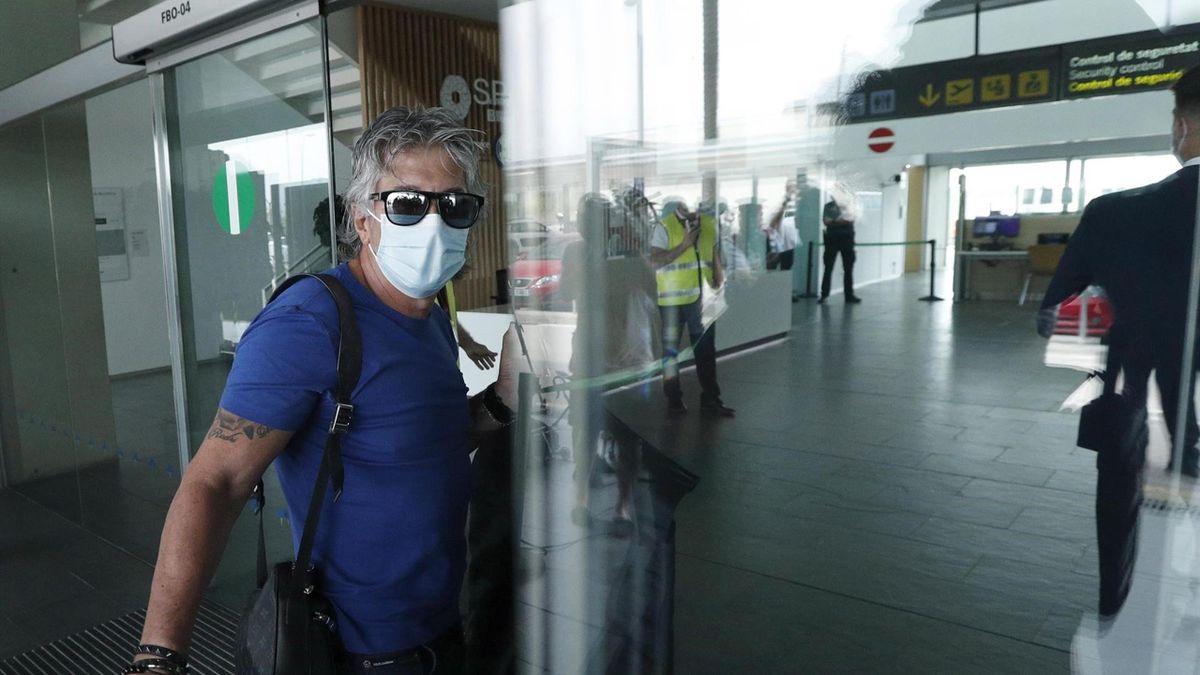 Jorge Messi a su llegada al aeropuerto del Prat para poner rumbo a París