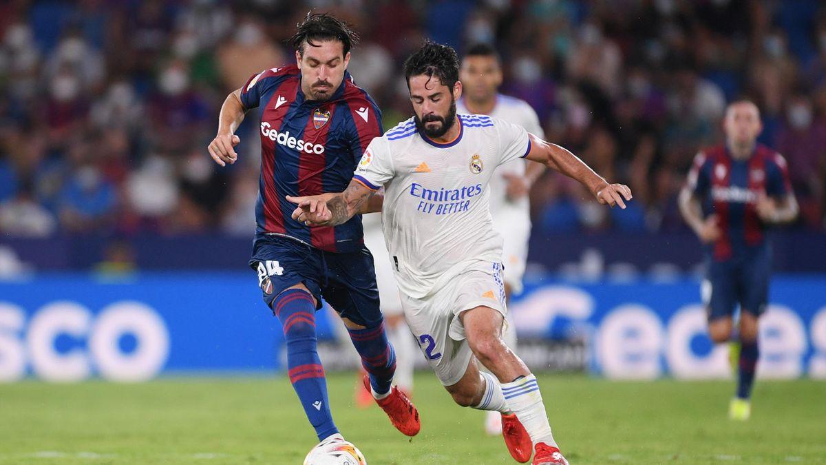Isco y Campaña pugnan por un balón en el Levante-Real Madrid