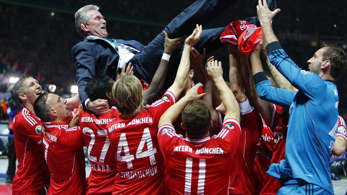 Les joueurs du Bayern Munich célèbrent Jupp Heynckes après leurs exploits de 2013