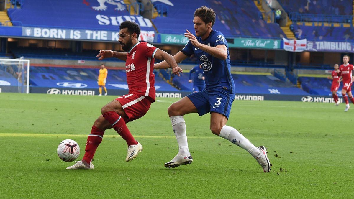 Mohamed Salh vom FC Liverpool (l.) im Zweikampf mit Marcos Alonso vom FC Chelsea