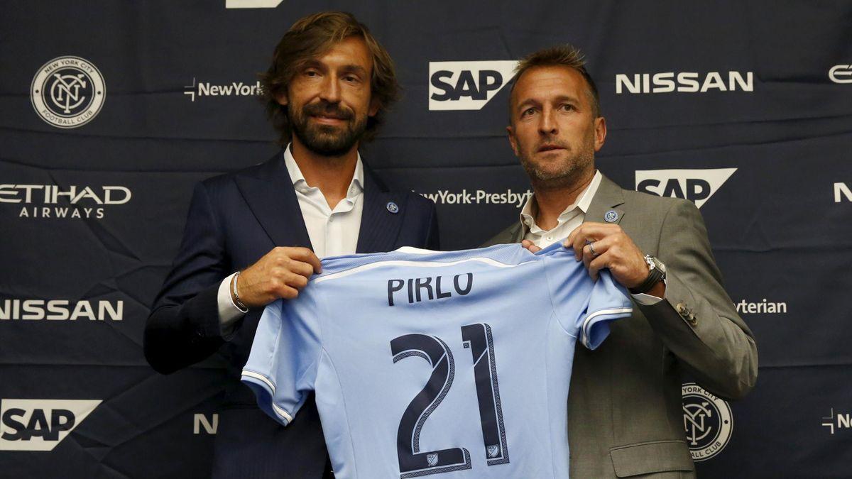 Andrea Pirlo posa con la maglia dei New York City FC