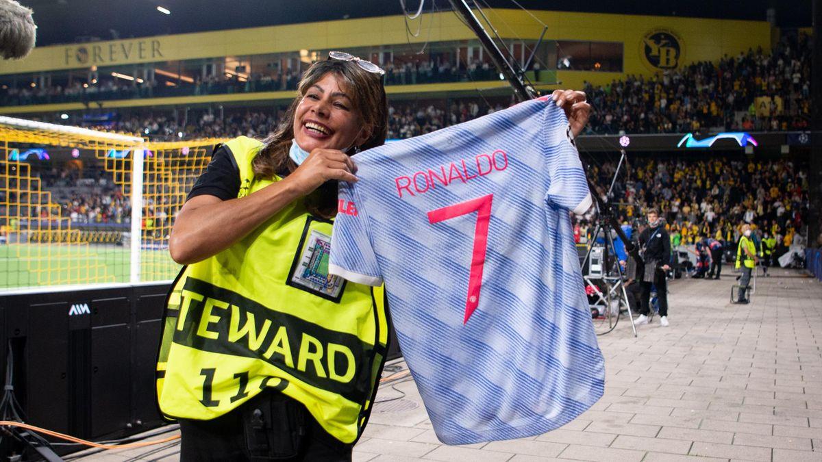 Девушка-стюард с футболкой Роналду