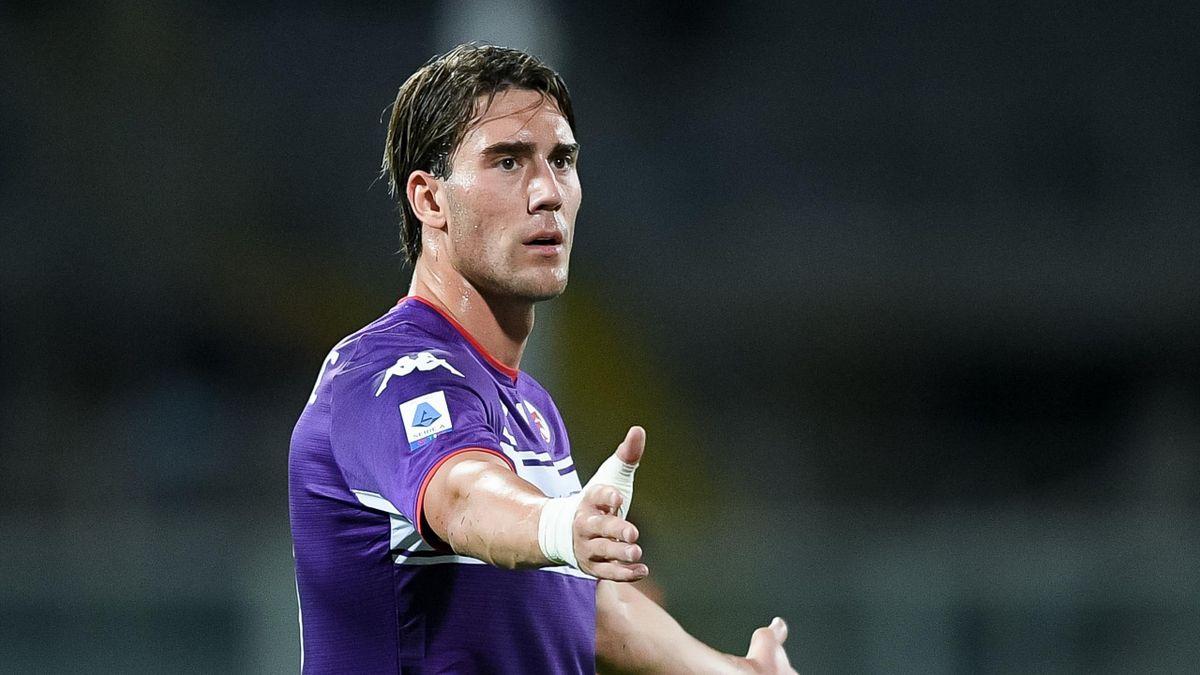 Dusan Vlahovic con la maglia della Fiorentina